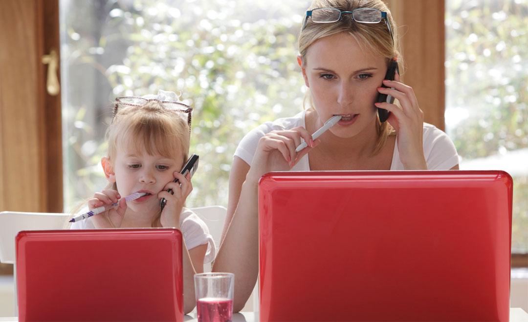 Donne e mamme divise tra lavoro e famiglia in Italia
