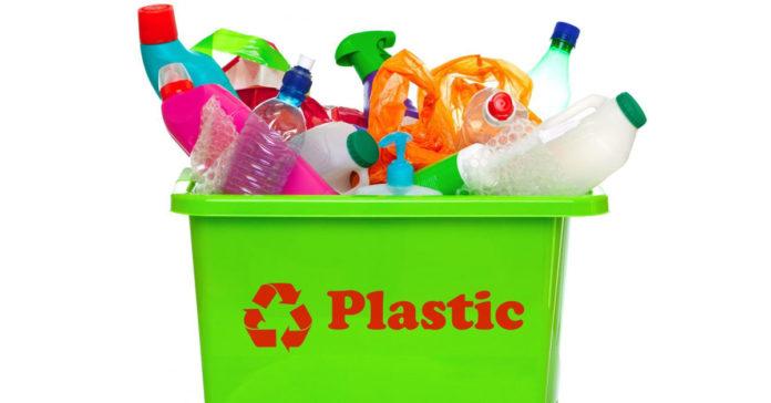 La UE ha dichiarato guerra alla plastica, dal mare alle spiagge.
